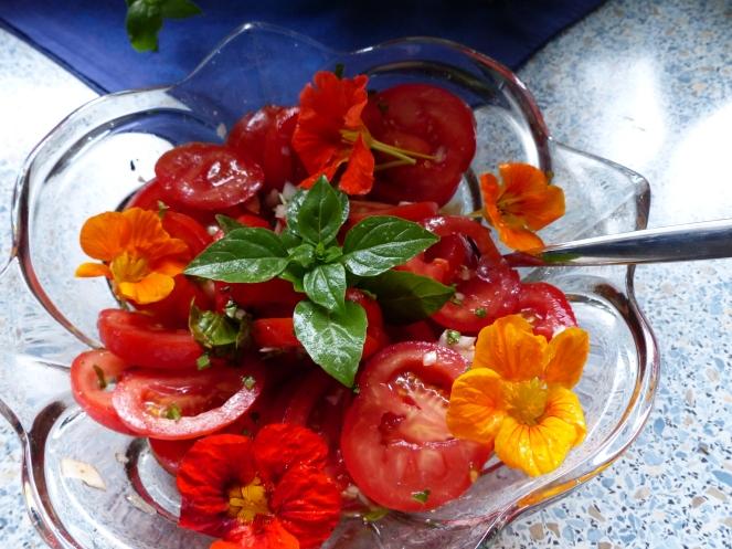 Kapuziner-Kresse wertet den Salat optisch enorm auf